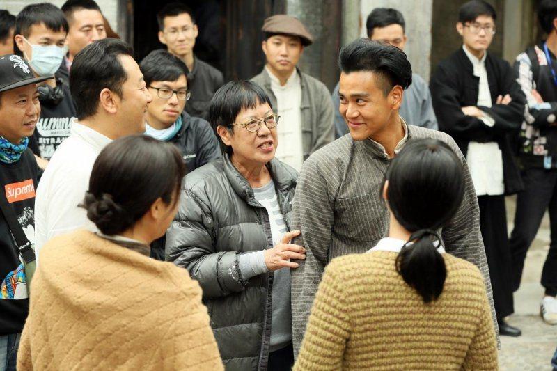 許鞍華(中)曾與彭于晏(右)合作史詩電影「明月幾時有」、「第一爐香」,許鞍華獲得...