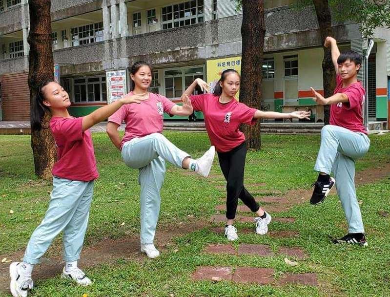 中華藝校舞蹈科學生右起張耀陽、洪阡榕、黃佳穎與林鈺庭(右至左),樂在多元學習。圖/中華藝校提供