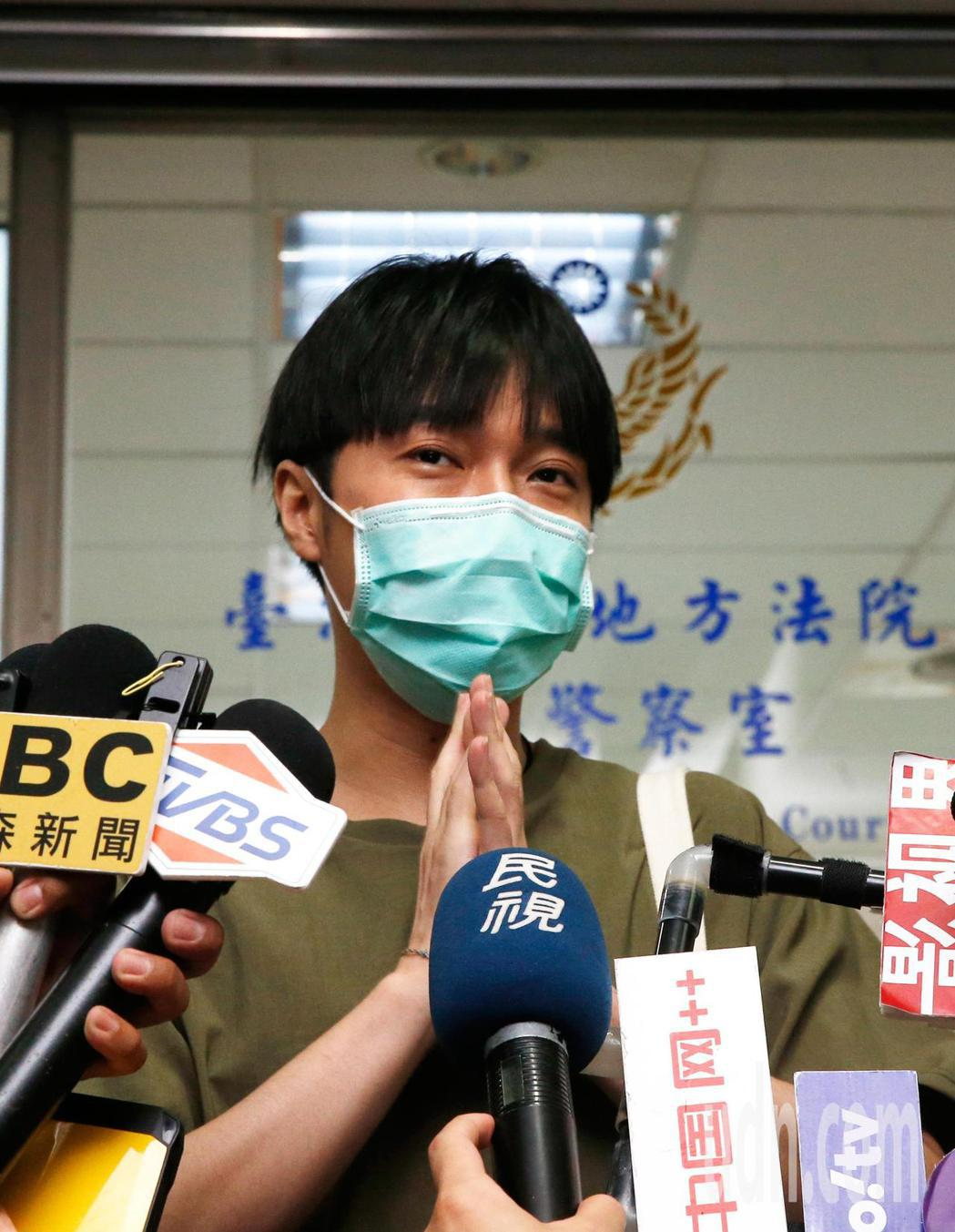 蘇打綠主唱吳青峰在台北地方法院開庭結束後,短暫地發表聲明,也謝謝大家關心。記者鄭