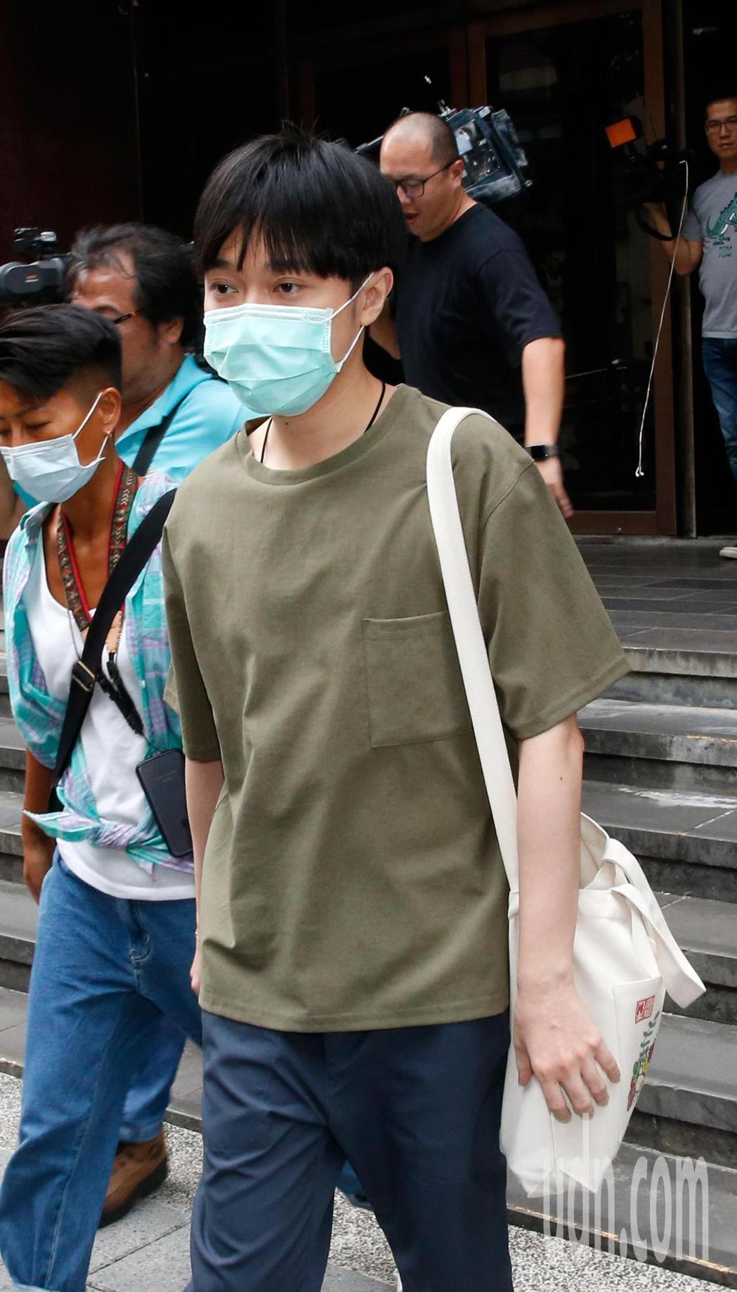 蘇打綠主唱吳青峰在台北地方法院開庭結束後,在工作人員開路下搭車離去。記者鄭超文/...