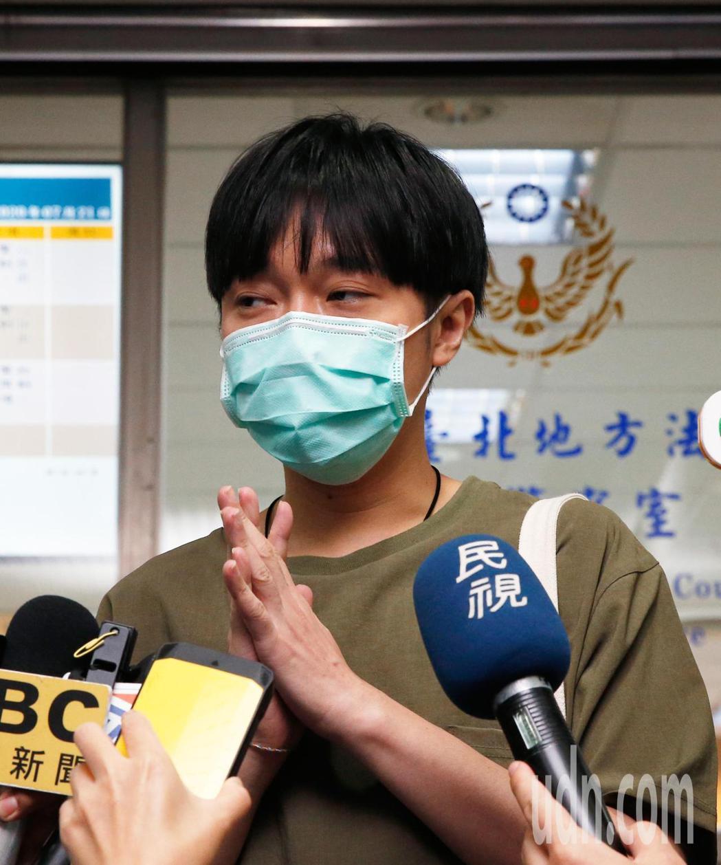 蘇打綠主唱吳青峰在台北地方法院開庭結束後,短暫地發表聲明,也謝謝大家關心。記者鄭...