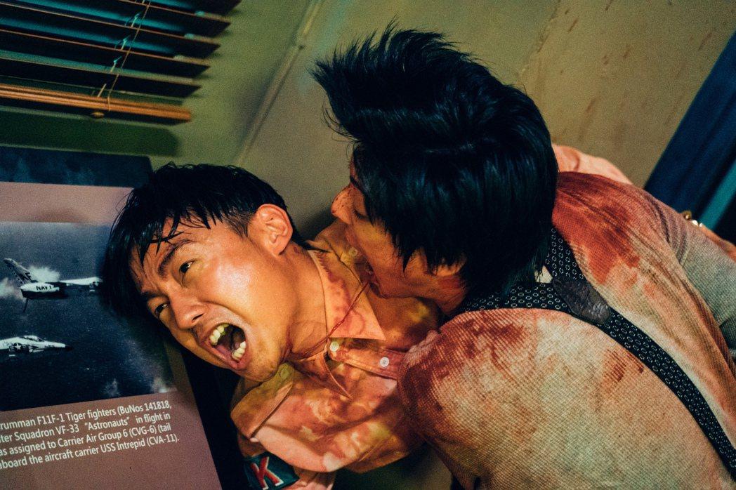 大鶴在片中飾演替代役,被噴滿血。圖/華映提供