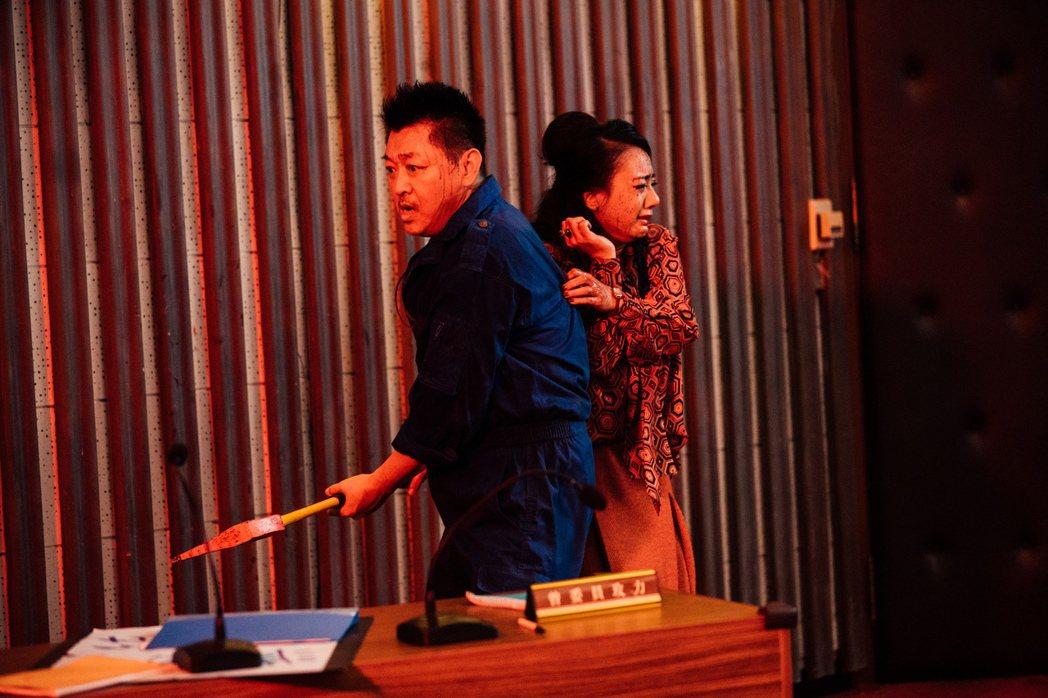 庹宗華(左)、高慧君(右)在「逃出立法院」有精彩演出。圖/華映提供