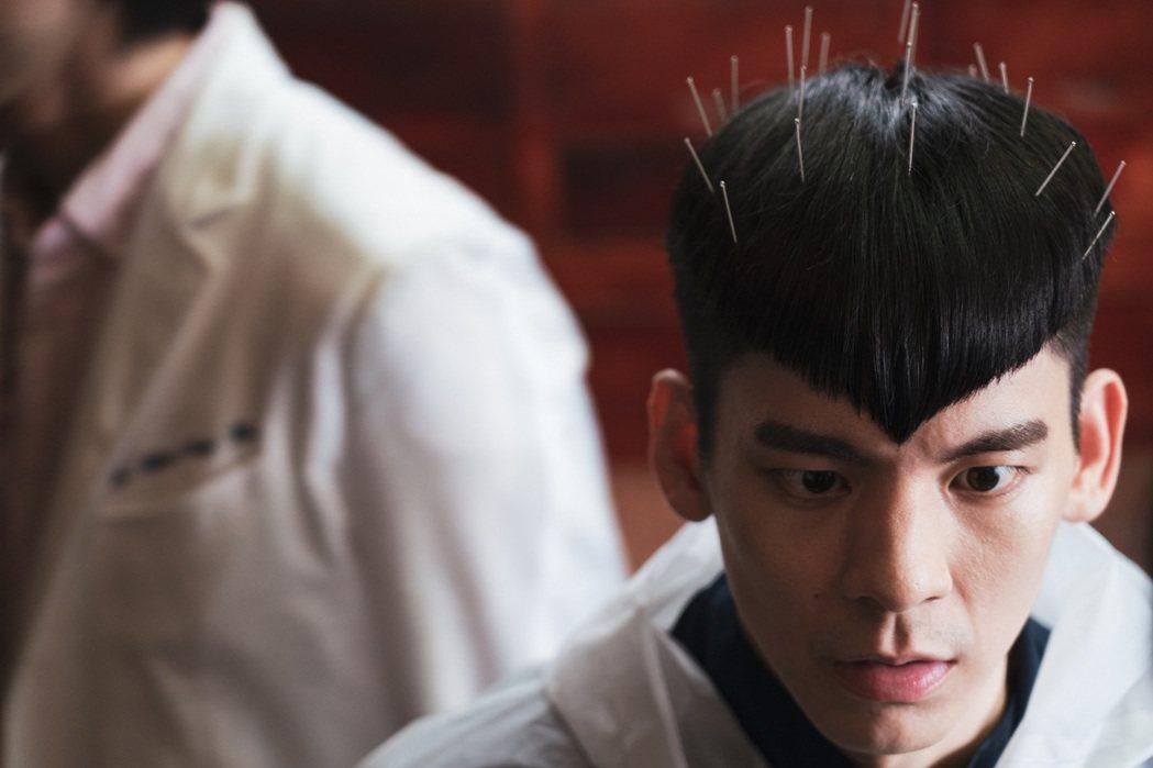 林柏宏在「怪胎」中飾演超潔癖男主角,為了強迫症到處求神問卜。圖/牽猴子提供