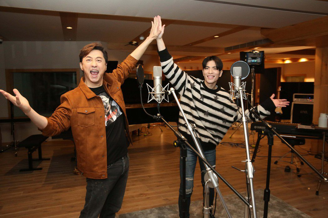 庾澄慶(左)邀蕭敬騰對唱新歌「音樂超氣派」。圖/福茂唱片提供