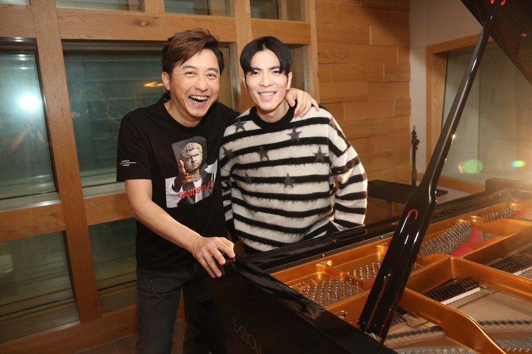 庾澄慶(左)跟蕭敬騰惺惺相惜。圖/福茂唱片提供