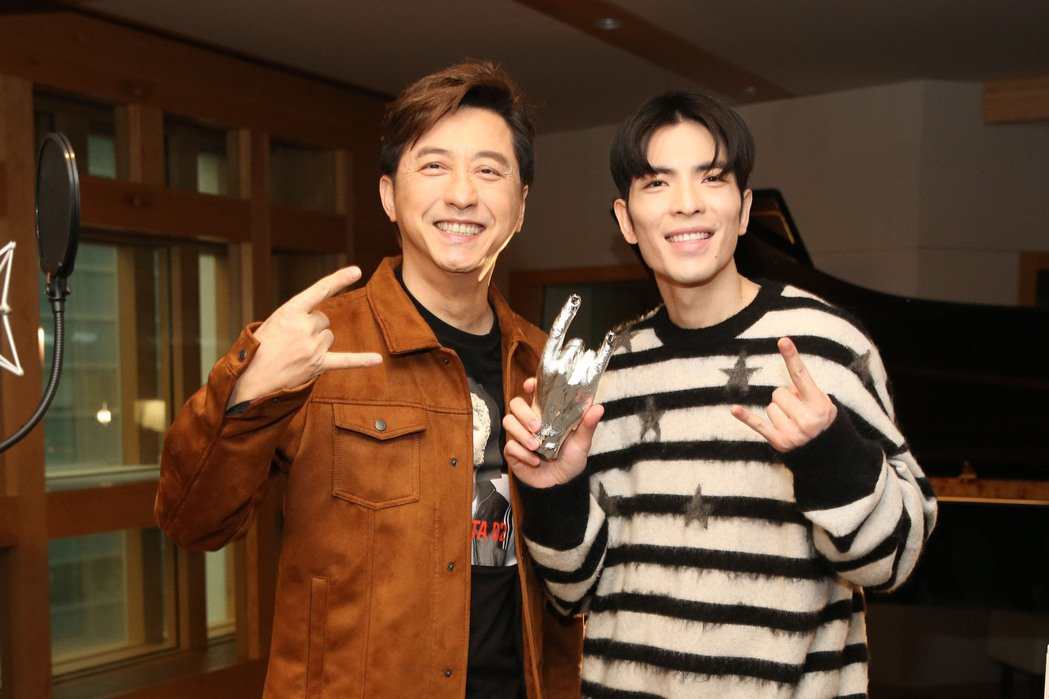庾澄慶(左)、蕭敬騰模仿Rocker手勢耍帥。圖/福茂唱片提供