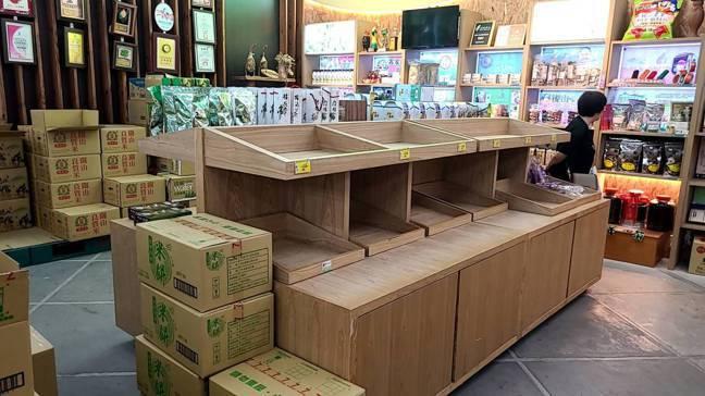 農委會發放500萬張農遊券,台東縣關山鎮農會米國學校,貨架上部分產品幾乎賣光。圖...