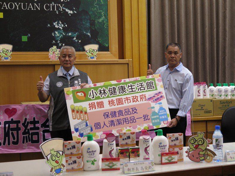小林健康生活館董事長林鴻文(右)今天一口氣捐贈含維他命B群、維他命C、天然茶樹精油沐浴乳、修護洗髮乳給市府,總市值超過22萬元,副市長高安邦代表受贈。記者張裕珍/攝影