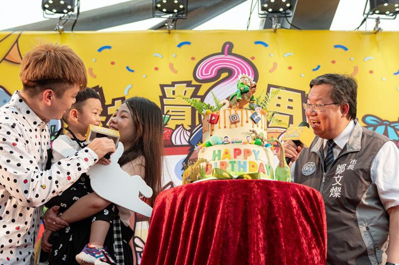 YouTuber蔡阿嘎與妻子二伯帶著兒子蔡桃貴出席記者會,市長鄭文燦也幫蔡桃貴慶生。圖/桃園市政府提供