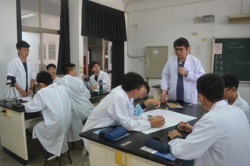 自然科探究與實作課程要讓學生從手作中培養驗證能力,真正了解原理。記者鄭惠仁/攝影