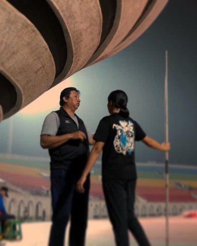 三重高中標槍好手徐若家全中運奪銅,她將與教練黃義忠(左)合照放在隨身包,帶上台領獎。 圖/徐若家提供