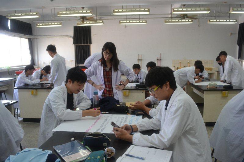 12年國教新課綱實施後,許多課程都改變教學方式,引領學生多思考。 記者鄭惠仁/攝影