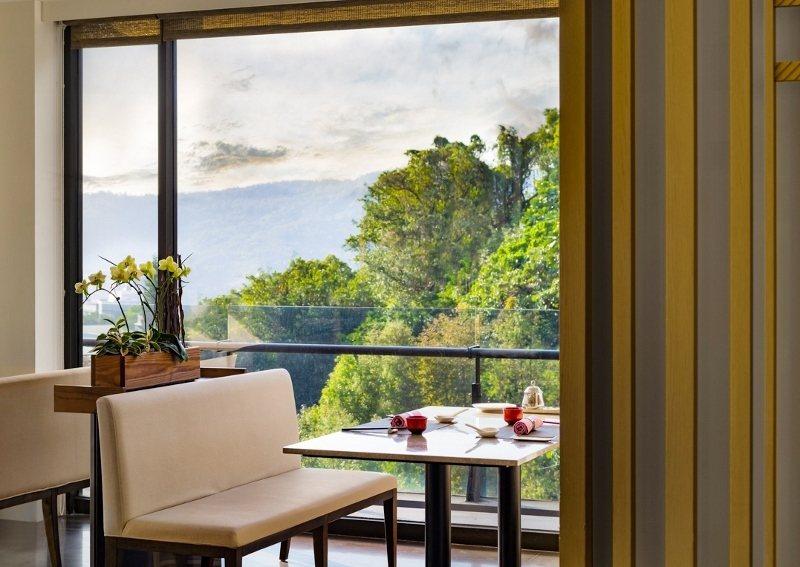 北投麗禧「雍翠庭」以三面環山窗景聞名,許多旅客到此用餐都感到愉悅放鬆。。 北...