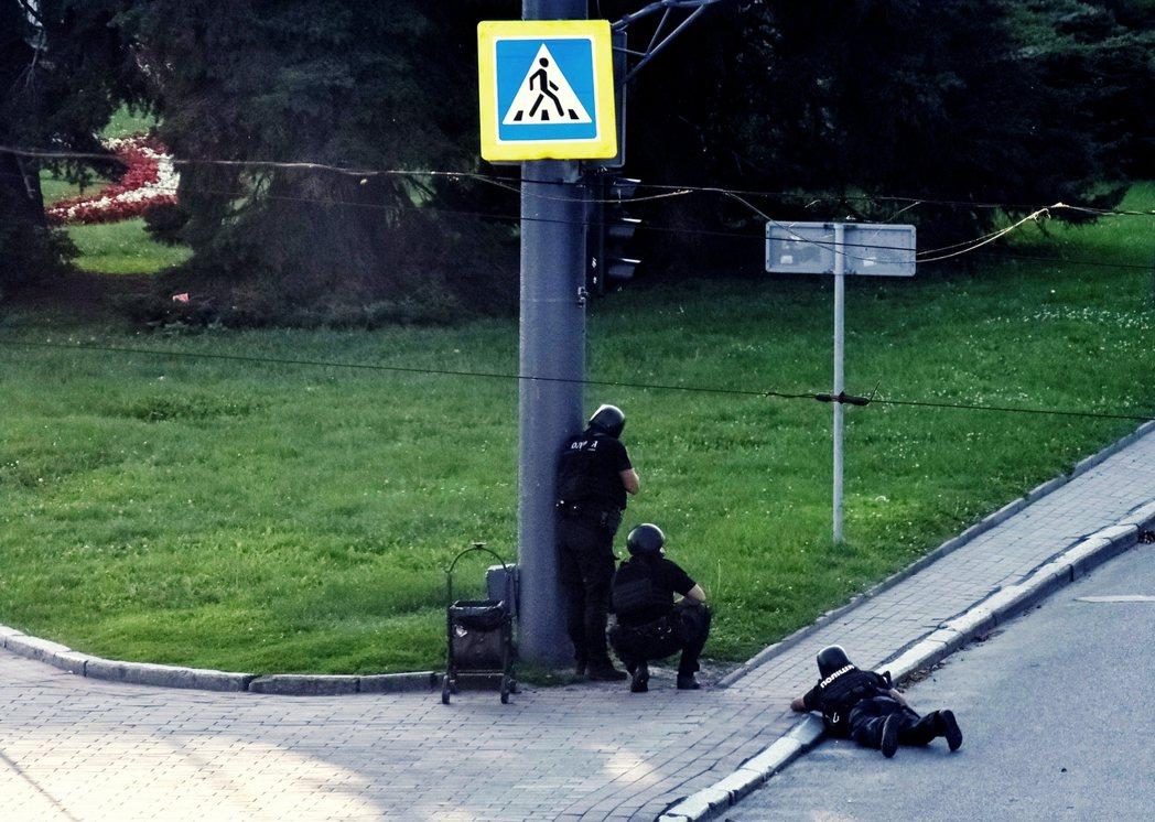 過程中,武裝男子透過社群網路狂發訴求並監控實況,甚至數度向包圍的警察開槍、投擲手...