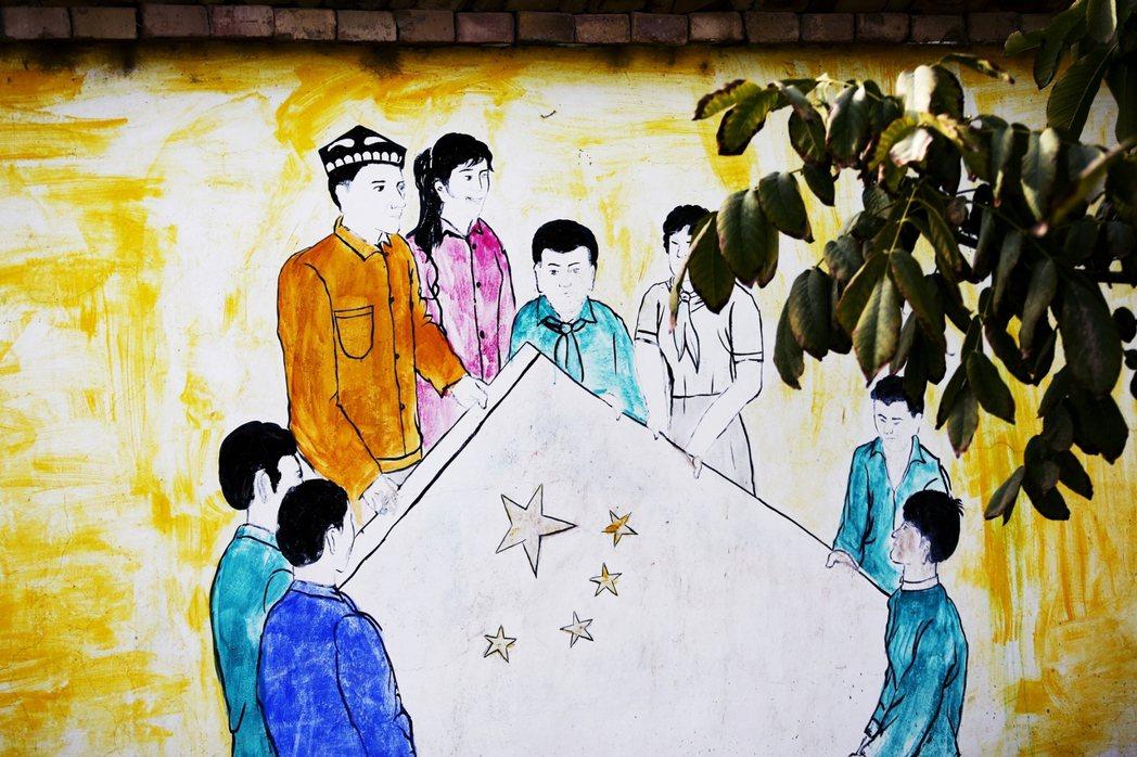 到了本世紀,新疆落實計劃生育的拉鋸因為漢族移民大量增加,官方民族論述日益向中華民...