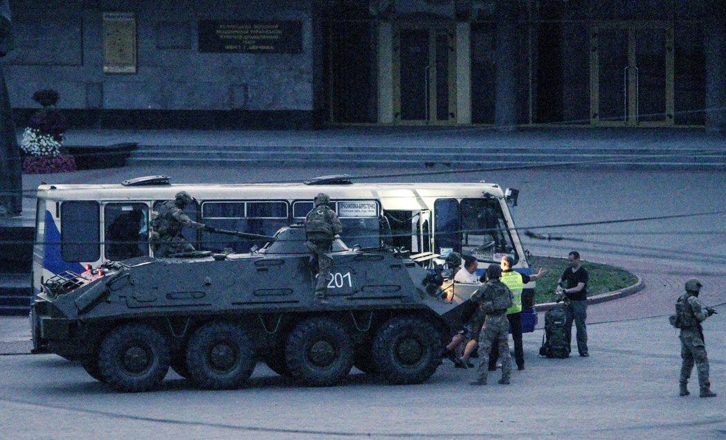 烏克蘭西部大城魯特斯克周二驚傳一起重大的人質危機。一名44歲的武裝男子持步槍與炸...