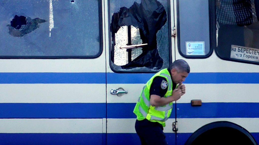 奉命坐鎮現場的烏克蘭警務次長柯瓦(Yevhen Koval),一度隻身上前與柯里...