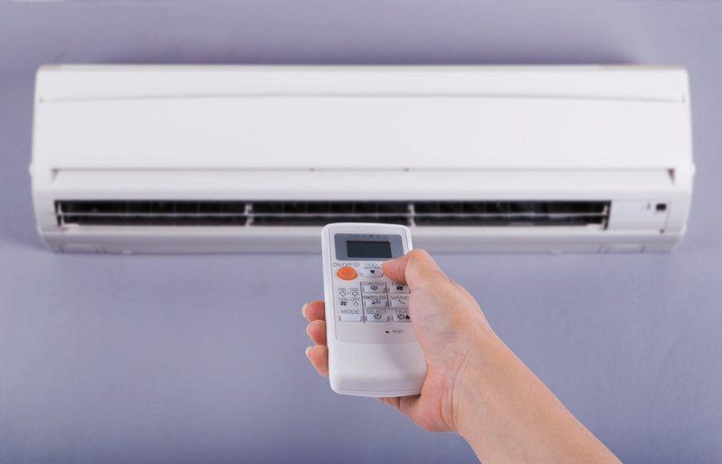 有網友指出他以低頻兩百瓦的冷氣計算一個月電費居然只要六百多元。 圖/Ingimage
