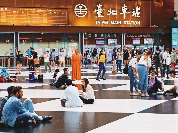 川流人往的車站大廳卻滿是席地而坐的人群,放眼世界的車站大廳或許僅有台北車站有這奇...