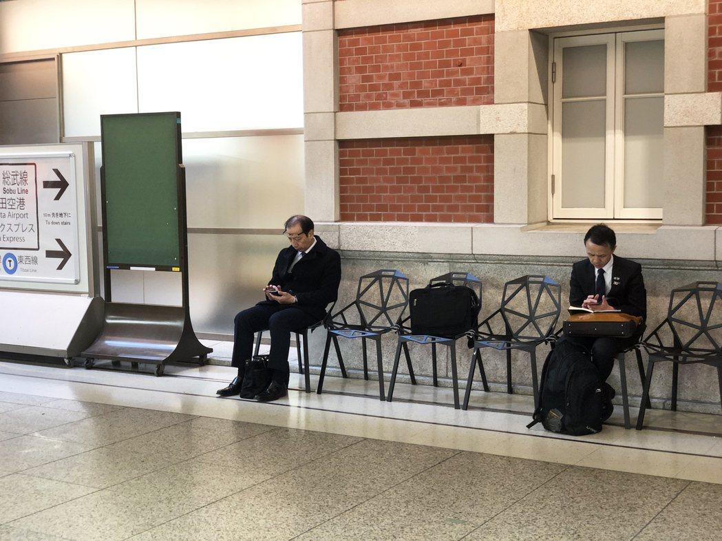 日本在公共空間的規劃經常會把短暫歇坐的需求考慮進去。 圖/設計浪人拍攝