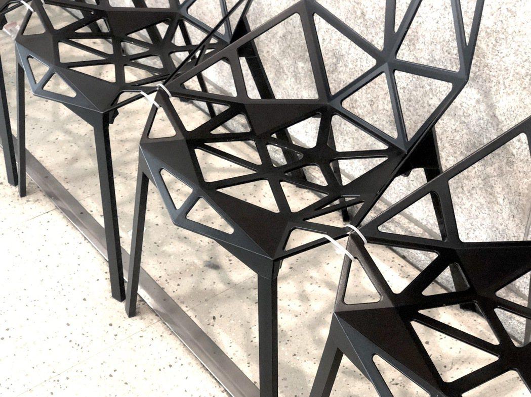東京車站大手筆購入百張德國設計師 Konstantin Grcic設計的名椅「C...