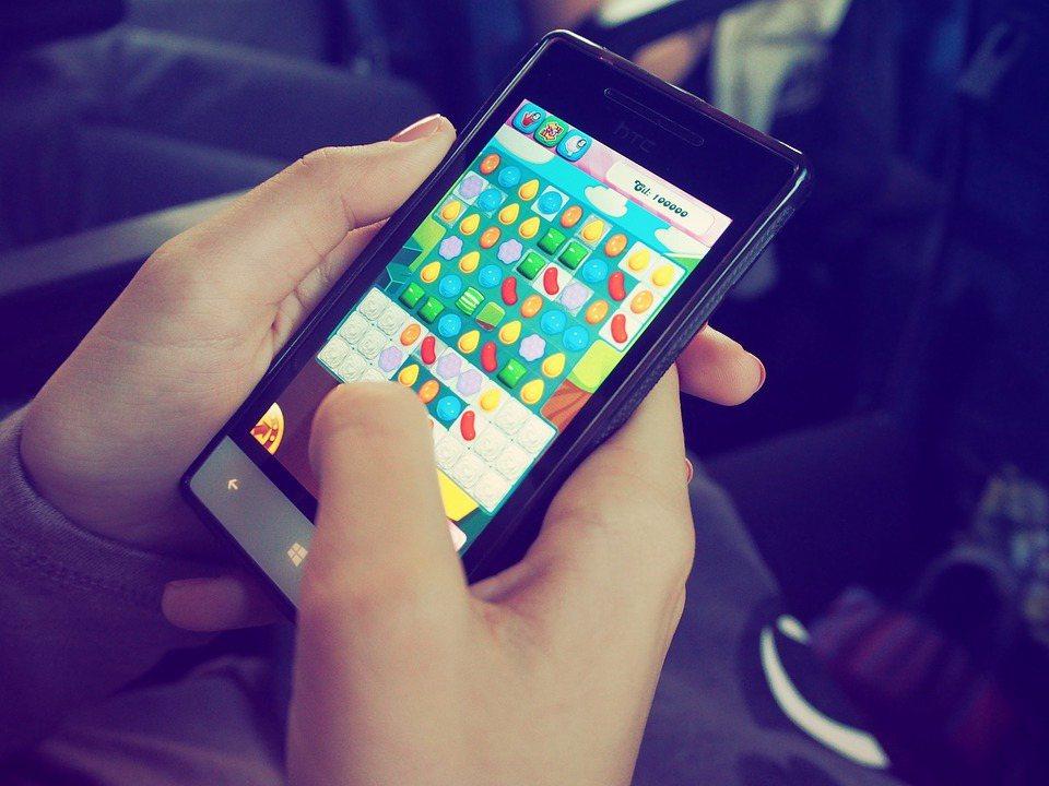 近年隨3C產品盛行,長期使用手機的民眾,罹患腕隧道症候群也愈來愈多。 圖/pix...