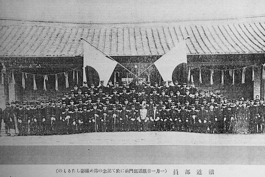 1916年鐵道部員工於鐵部門前合影,此時仍使用清末機器局留下的舊房做為鐵道部廳舍。 圖/國立台灣博物館