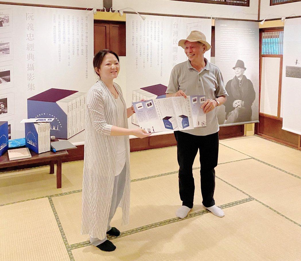 阮義忠(右)贈送套書予南大典藏,由范如菀老師(左)代表接受。 臺南大學/提供。