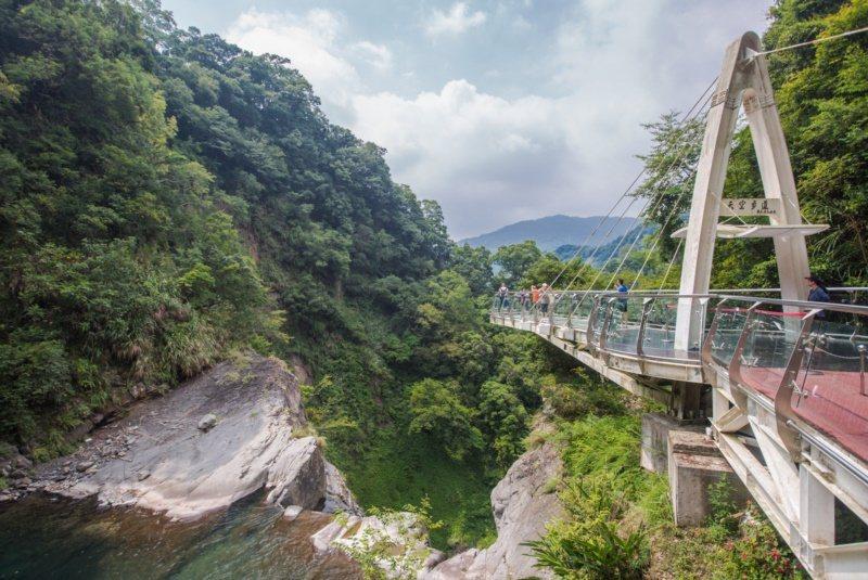 為實現旅客漫步在雲端的夢想,天空步道凌空伸出11公尺的廊道,遊客只要站上距離瀑布...