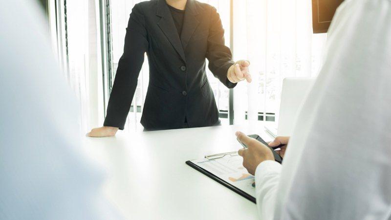 當好朋友變成公司主管,有可能維持原本的關係嗎? 圖/Ingimage