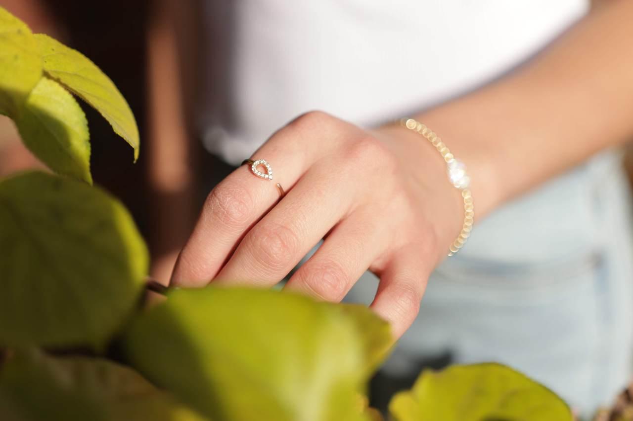 暖色肌底的人畫金色彩妝或穿戴金飾時,較能突顯質感與氣質;冷色肌底者配戴銀飾時,也...