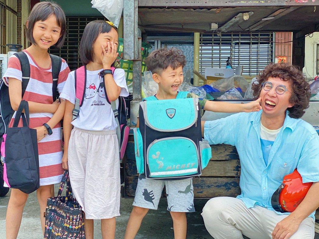 李明璁(右)今年投入拍攝公視的市場節目第二季。圖/李明璁提供、劉志雄攝影