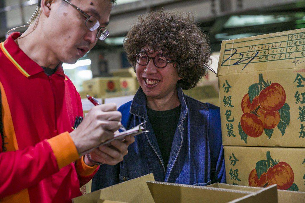 2019年李明璁(右)投入拍攝公視的市場節目。圖/李明璁提供、陳希倫攝影