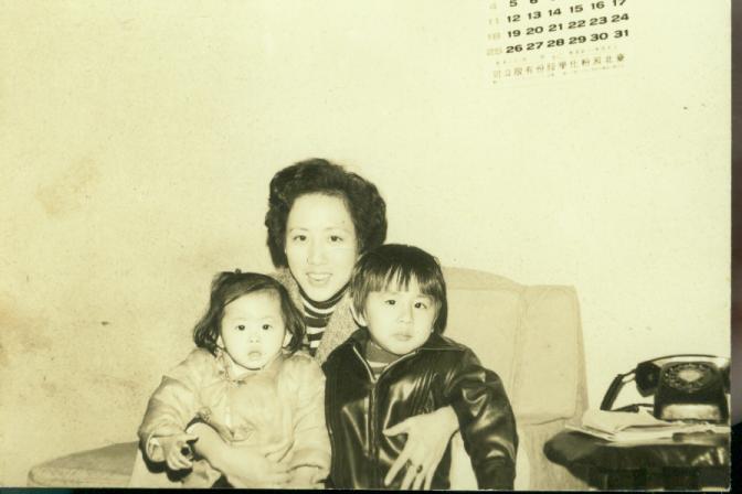 李明璁(右)與媽媽和妹妹。圖/李明璁提供