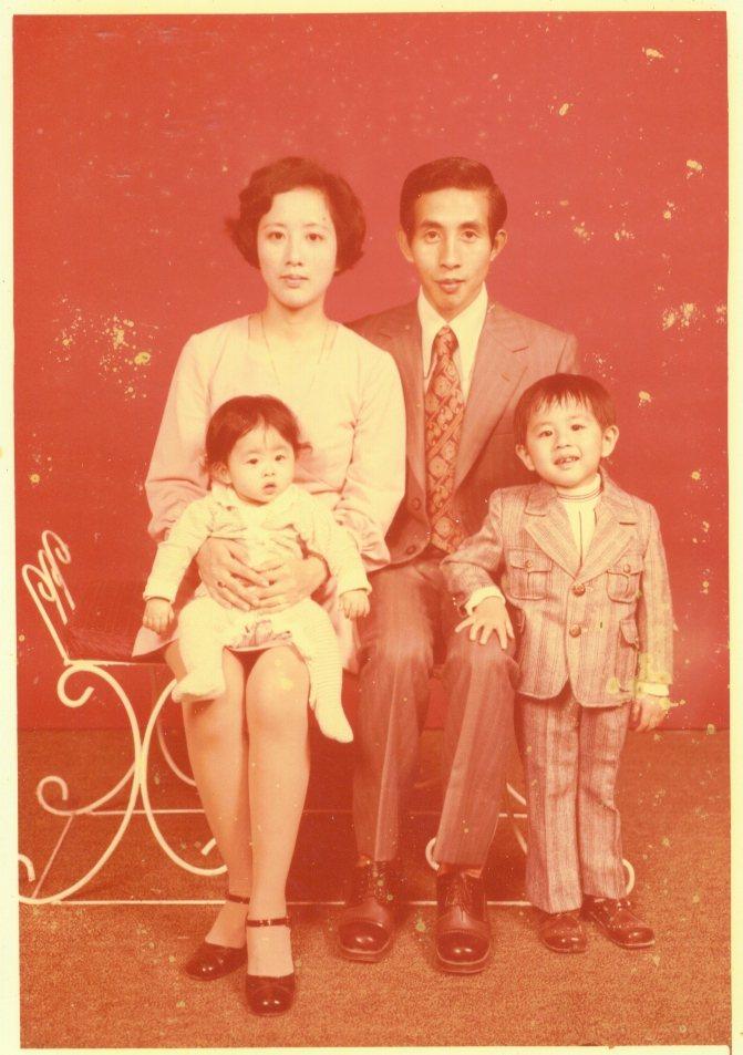 李明璁(右下)1975年拍攝的全家福。圖/李明璁提供