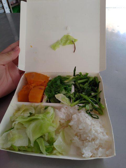 有位網友分享,在一打開便當便發現高麗菜上有蚯蚓。 圖截自PTT八卦版