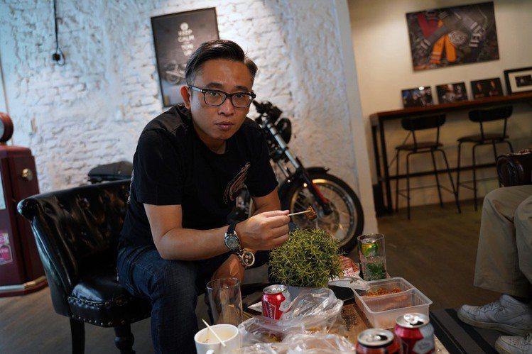 和朋友們隨性的滷味趴就是龍哥的原創風格。圖/李岳龍提供