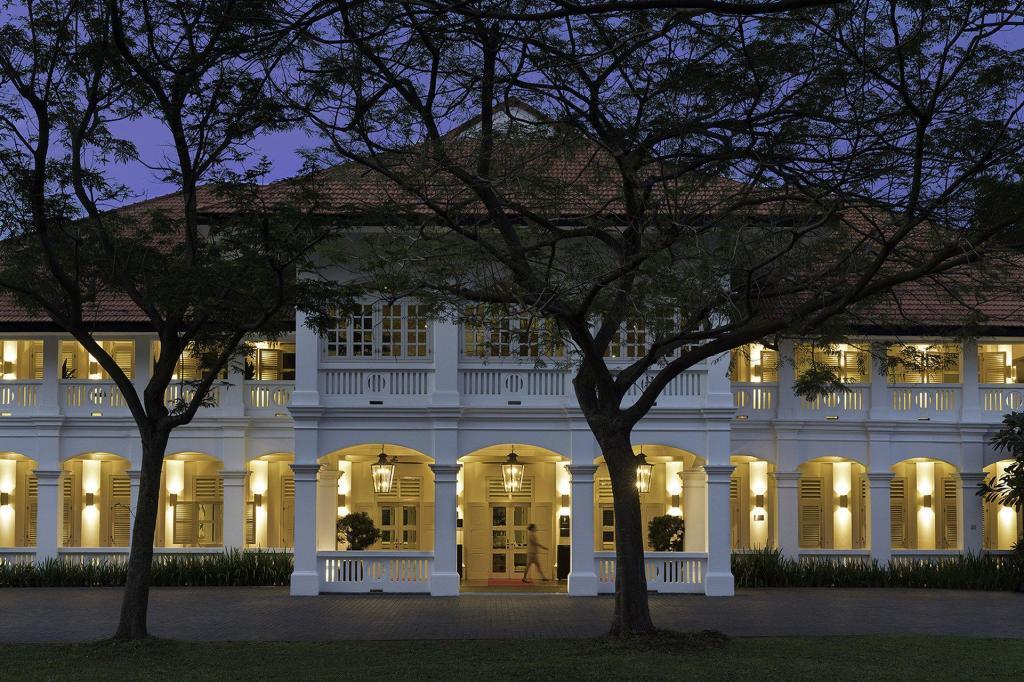 大廳所在的兩層樓高白色殖民時代建築「丹那美拉」(Tanah Merah),曾為英...