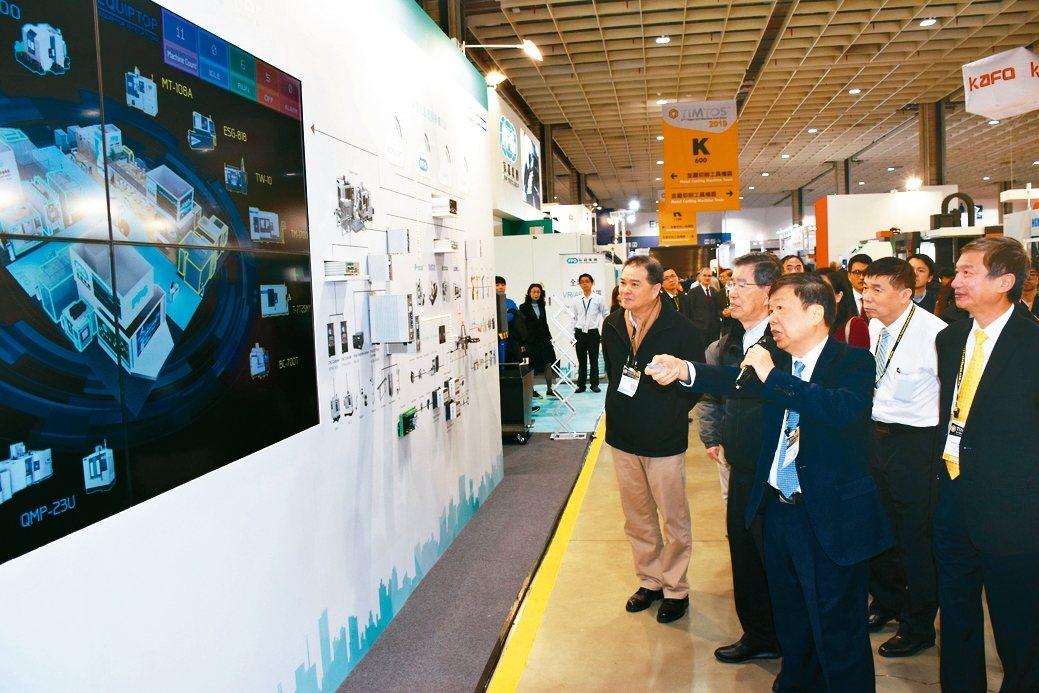 友嘉集團總裁朱志洋(前排右一)向前副總統蕭萬長(前排右二)介紹智慧製造解決方案。...