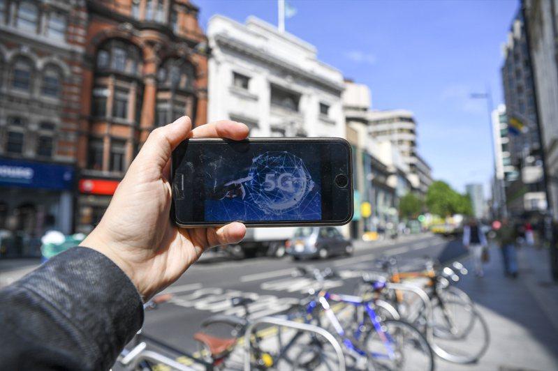 根據TrendForce旗下半導體研究處調查,目前推動5G商轉屬中國政府最為積極,觀察其5G基地台建設數量與網路的覆蓋表現,皆位居全球之冠,也因此中國手機品牌針對5G手機超前部署,在2020上半年已囊括全球75%市占率。新華社