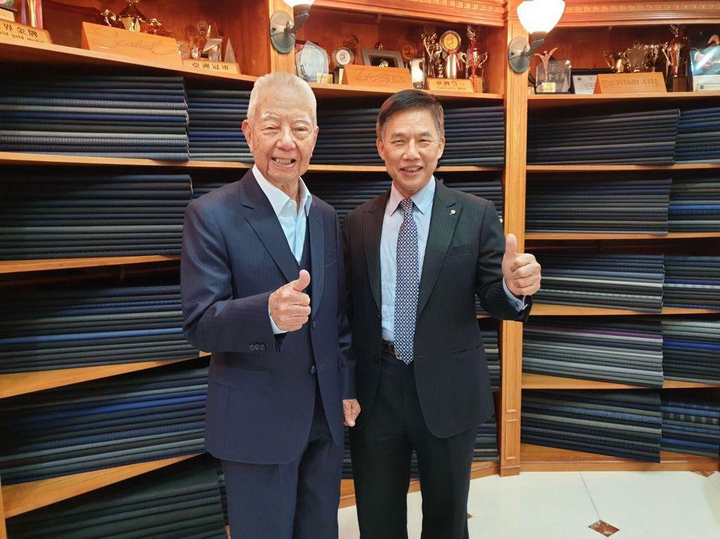 人瑞何老先生(左)慶祝百歲生日特地前往紳裝店裡訂製西服,,由董事長李萬進(右)親...