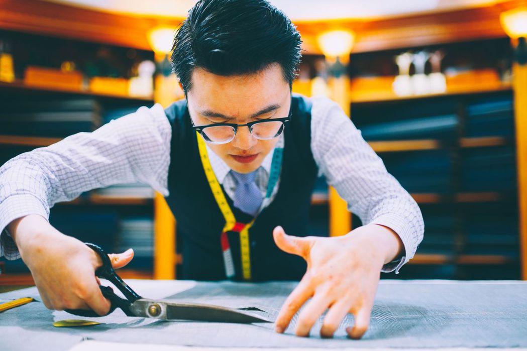 世界金牌得主紳裝執行長李至誠以精湛裁剪技巧為顧客訂製西服 紳裝/提供