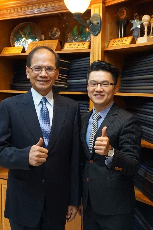 立法院長游錫堃(左)是紳裝西服忠實顧客並持以高度肯定,右為世界金牌得主紳裝執行長...