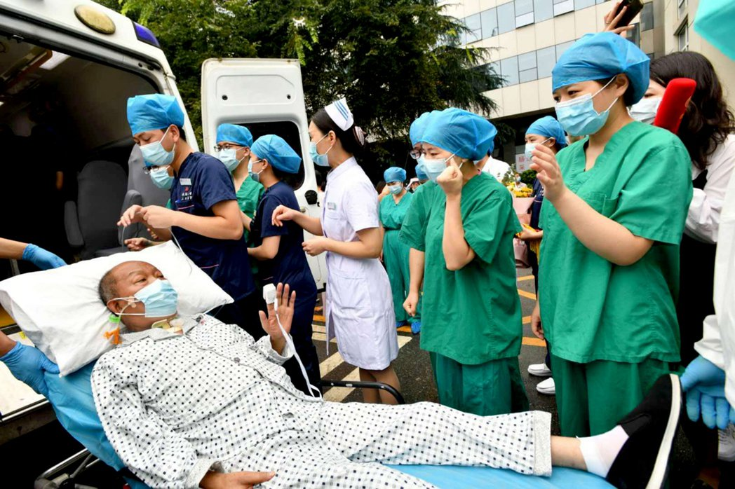 湖北首例新冠肺移植患者,救治166天出院。圖/中國新聞社