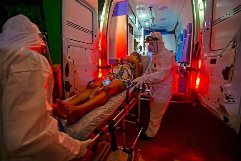 巴西今天批准德國生技公司和美國藥廠進行人體臨床試驗的實驗性疫苗,圖為巴西孕婦染疫送醫。 法新社