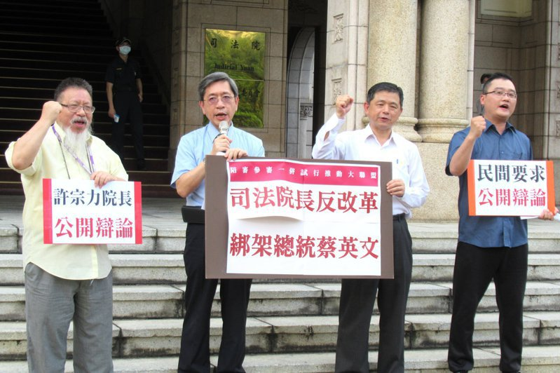 律師張靜(左一)說,民進黨黨綱就是支持陪審制,現在民進黨反對自己的黨綱,真的很諷刺。圖/聯合報系資料照片