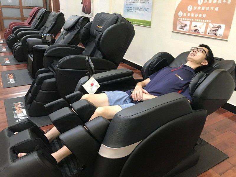 台生公司是國內第一個生產按摩椅的廠商,並已研發出可以完全平躺的按摩椅,讓人可以完全放鬆,甚至讓按摩椅成為午睡良伴。記者林宛諭/攝影