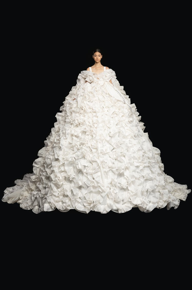本季主軸就是「白色」,純淨的「白」象徵著萬物之始的空白、工匠精神與執著追求,以及...