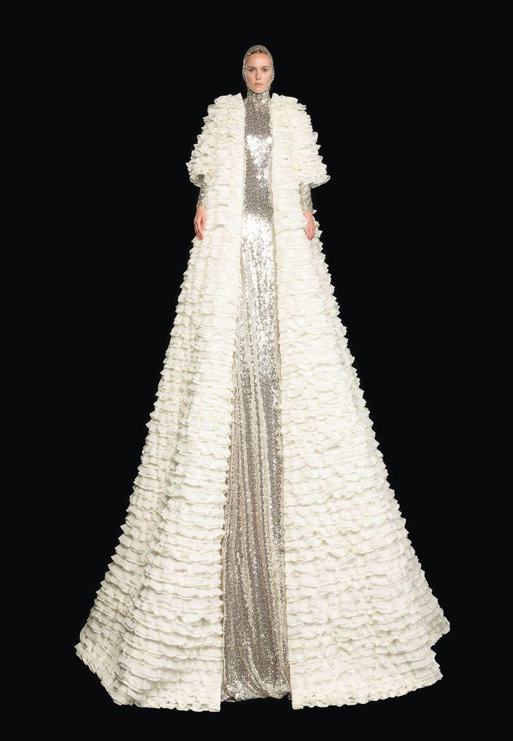 服裝都刻意延伸、放大線條,超長的布料像是瀑布一樣傾瀉。圖/VALENTINO提供